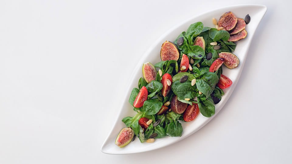 Feldsalat mit Wildkräutern und Feigen