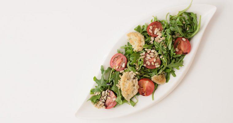 Rucola – Tomanten Salat mit Hirse-Parmesantalen und Zedernflocken