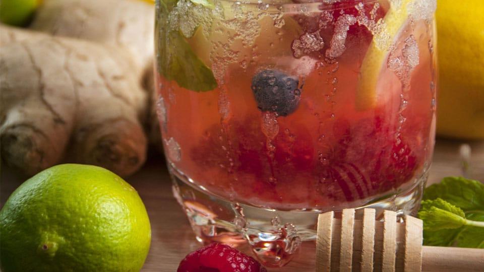 Ingwerwasser mit Zitrone und Minze – gesunder Durstlöscher