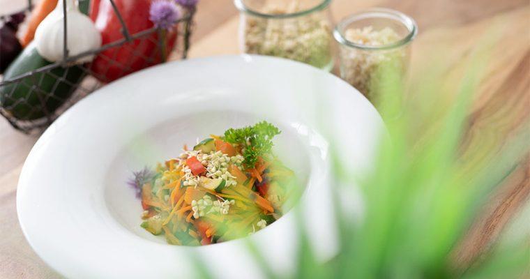 Gemüsepfanne mit Buchweizensprossen und Knoblauchwürze
