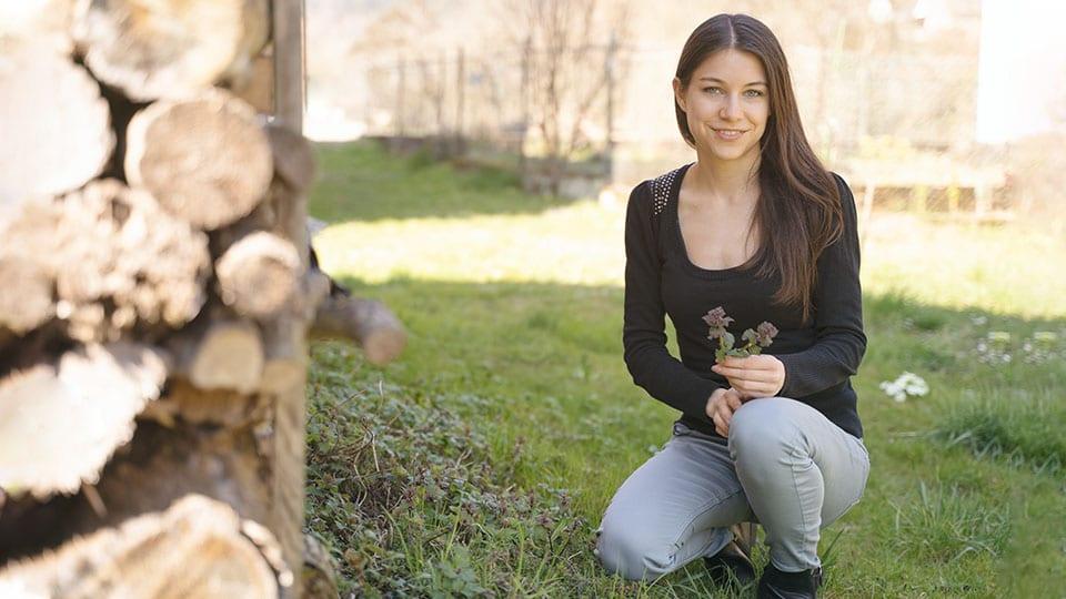 Die moderne Kräuterhexe Sandra mit Taubnesseln