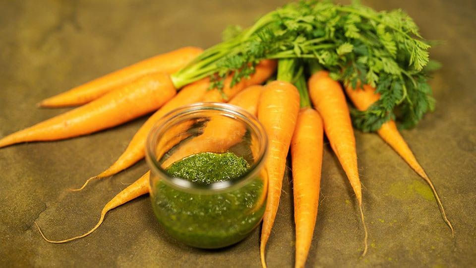 Möhrengrün verwerten – Reste Pesto aus Karottengrün!