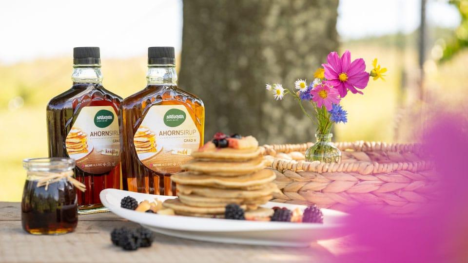 Perfekter Pancake Genuss mit dem klimaneutralen Ahornsirup von Naturata