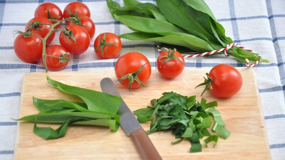 Schnelle Tomantensuppe mit Bärlauch und Kräutern